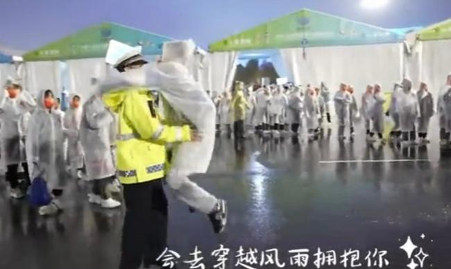 真有爱!全运会闭幕式后志愿者拥抱执勤交警上热搜