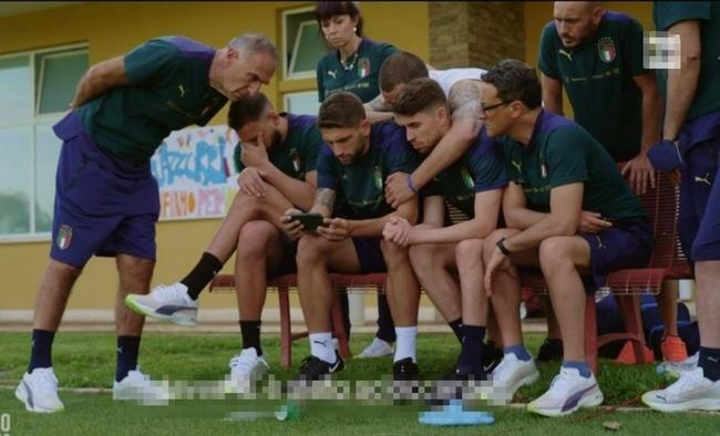 埃里克森倒下时意大利队正看直播 1人被带开1人不敢看