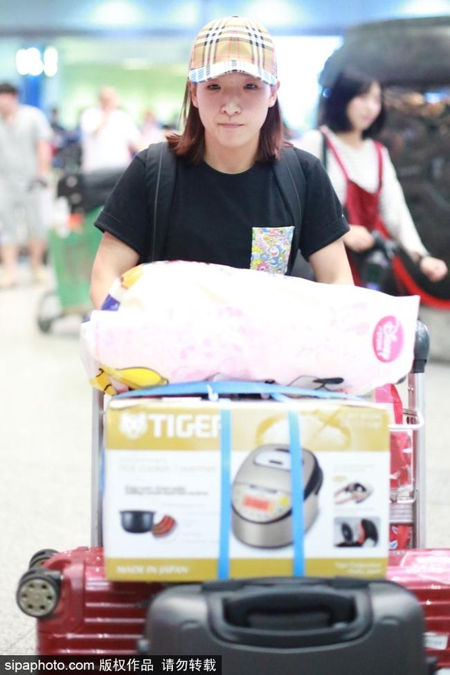刘诗雯现身机场