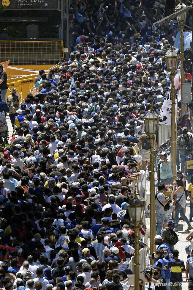 民众排队数公里送别马拉多纳 球迷跪地前移送球王