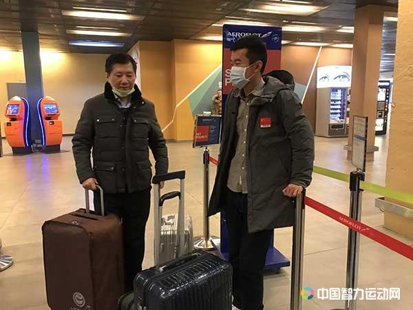 中国棋手丁立人与教练徐俊返程