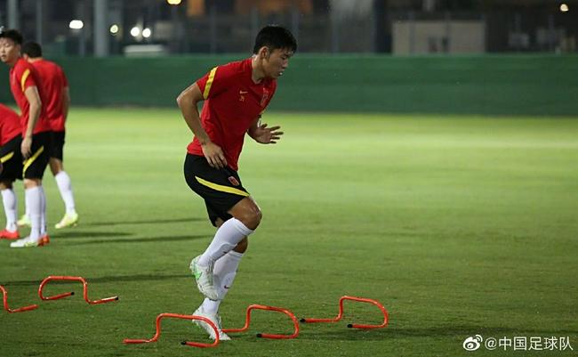 国足训练上量国脚身体疲劳显现 中秋节包饺子庆祝!