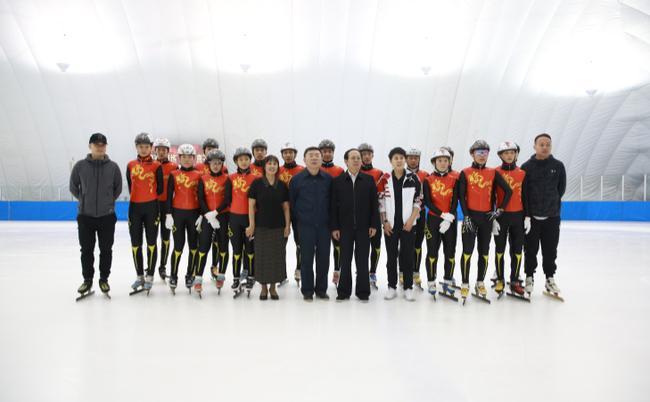 苟仲文局长与速度滑冰国家集训队合影留念