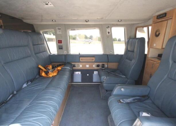 同型号直升机的内舱,根据安全手册,如遇事故,飞行员会先提示系牢安全带
