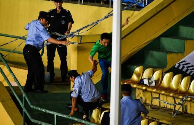 现场安保与国安球迷跌落看台