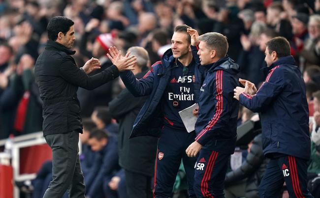 阿尔特塔和教练团队祝贺进球