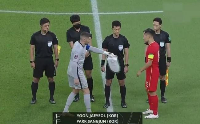 记者:国足与澳赛前未交换队旗 因遵守亚足联规定