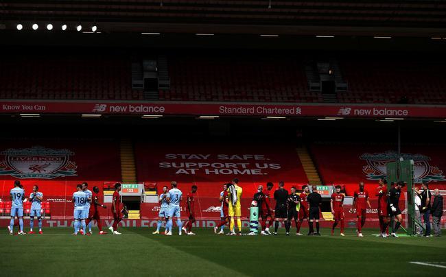 伯恩利球员排队迎接利物浦球员入场