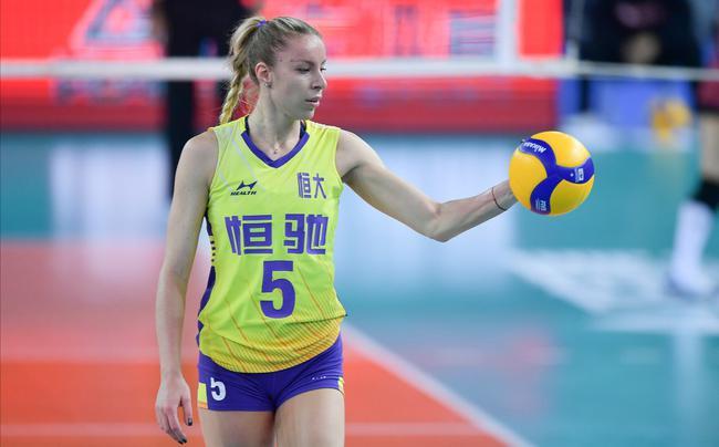 这是广东女排本赛季的第二场比赛,她们在首场以3比0轻取河北女排