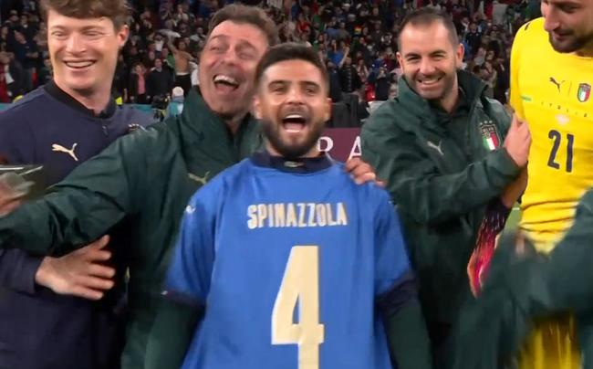 胜利献给重伤左后卫!意大利进决赛穿4号球衣庆祝|GIF