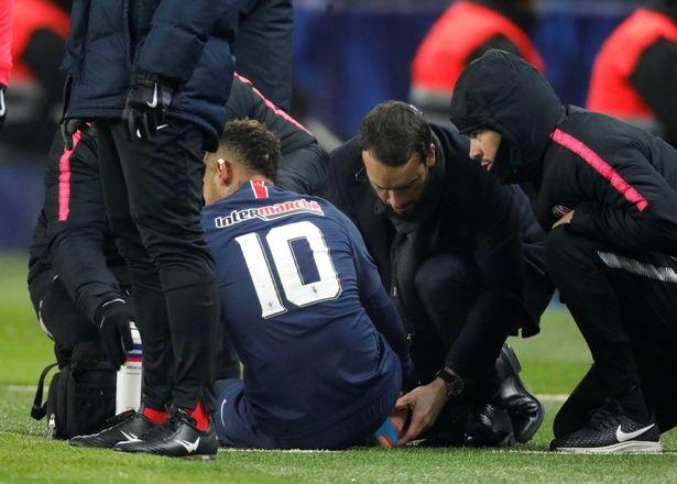 大巴黎慌了!内马尔含泪受伤下场 打曼联可咋办