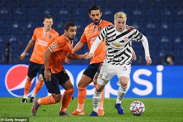 荷兰主帅:范德贝克在曼联踢不上很正常 等着就行
