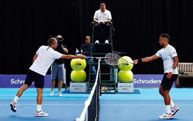 英国国内外演赛,球员用碰球拍代替握手。图/ATP官网