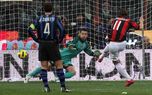 伊布开场的造点并亲身主罚破门帮忙AC米兰1比0打败国际米兰,十年之后,这样的剧情从头上演