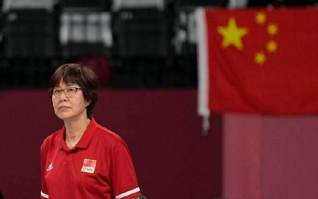 郎平官宣卸任中国女排主教练 第一件事给母亲扫墓
