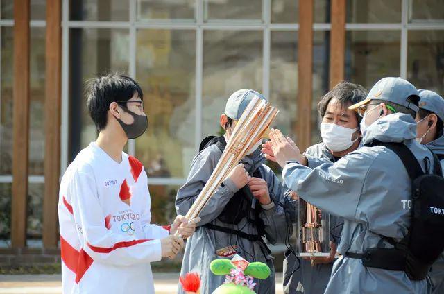火炬接力人员拥挤引防疫担忧 火炬手大都没戴口罩