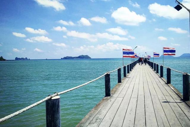 """""""春蓬府""""这个字在泰文中的有趣是'走军中途休脚之地',也外示了它地理位置的主要"""