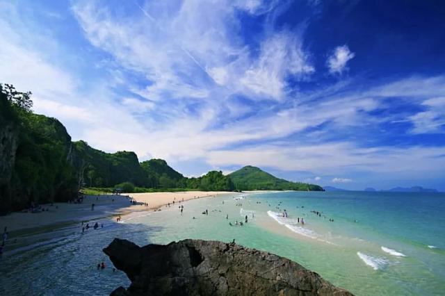 西面与缅甸接壤,北面和南面别离是泰国的班武里府和素叻他尼府。