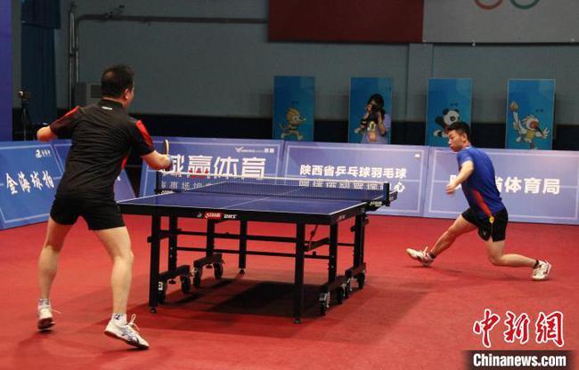 2020陕西乒乓球民间高手VS省队队员挑衅赛现场。刘海峰(左)VS桂晨凯(右)