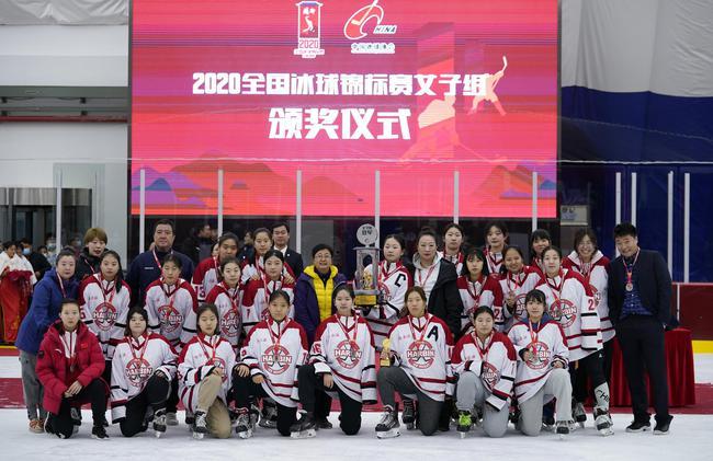 哈尔滨女子冰球队不满判罚罢赛