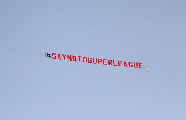 球迷焚烧利物浦球衣反欧超 赛前飞机拉横幅抗议