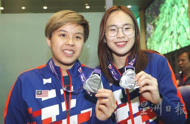 杜依蔚(左)