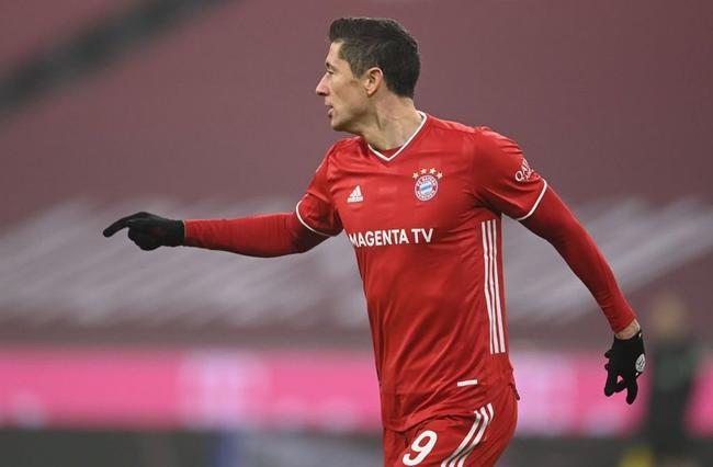 德甲-莱万双响破250球大关 科曼助攻 拜仁2-1逆转