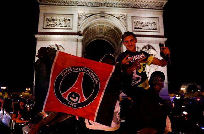 球迷祝贺巴黎晋级决赛