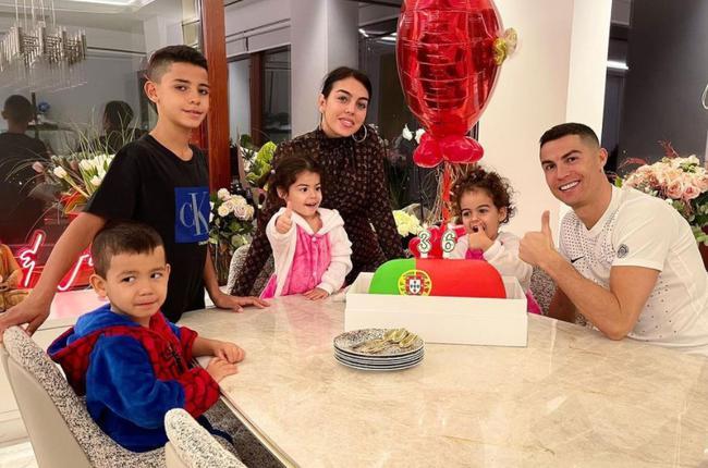 C罗在社交媒体上发布了全家福照片