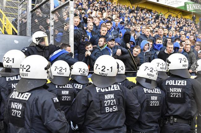 足球令人疯狂!沙尔克球迷:释放多特爆炸案凶手