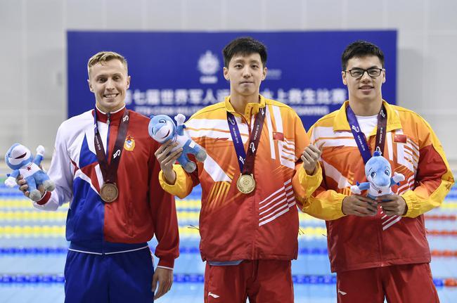 水上救生男子200米障碍游泳:中国队包揽冠亚军