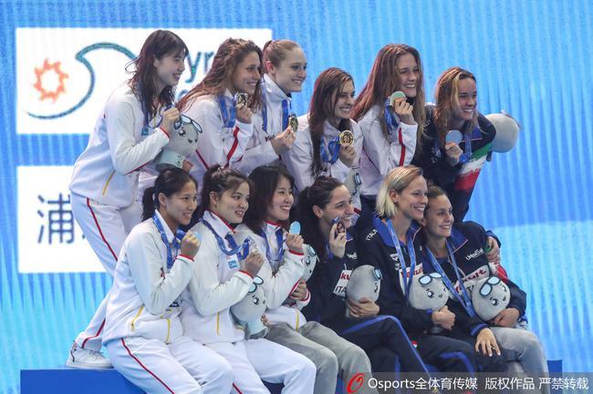 中国女子4×100米同化泳接力摘得银牌