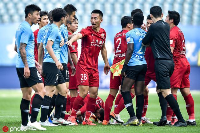 沪媒:上港球员被踩脚打脸竟没红牌 足协不能纵容
