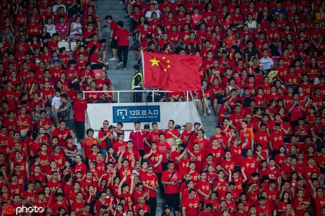 比国足更惊艳的是这几声童音 划破4万球迷的喧嚣