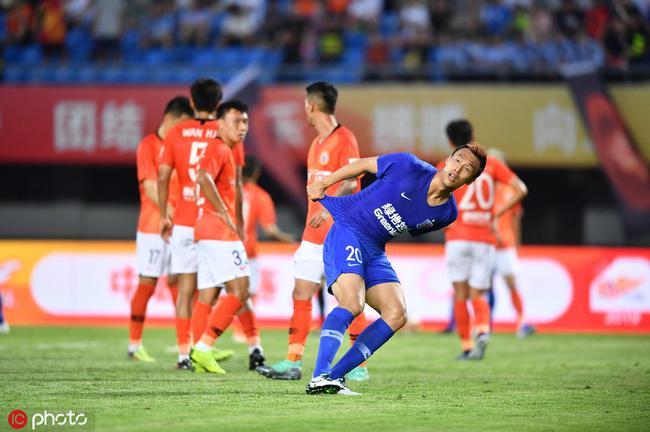 京媒:人和某些球员心思不在踢球 表现对得起球迷吗