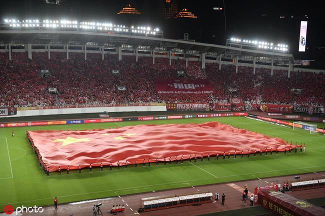 燃爆!巨幅国旗亮相恒大主场 全场高唱《歌唱祖国》