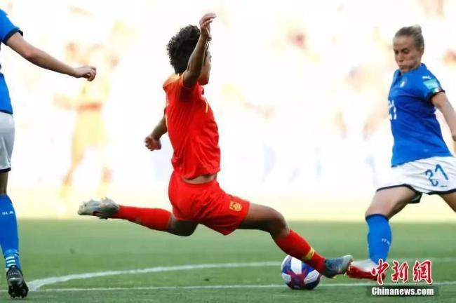 资料图:中国队球员王霜(红)辞世界杯竞赛中射门。 中新社记者 富田 摄