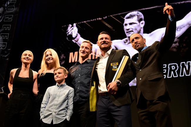 """比斯平在去年被引入了UFC名人堂的""""当代名人""""单元"""