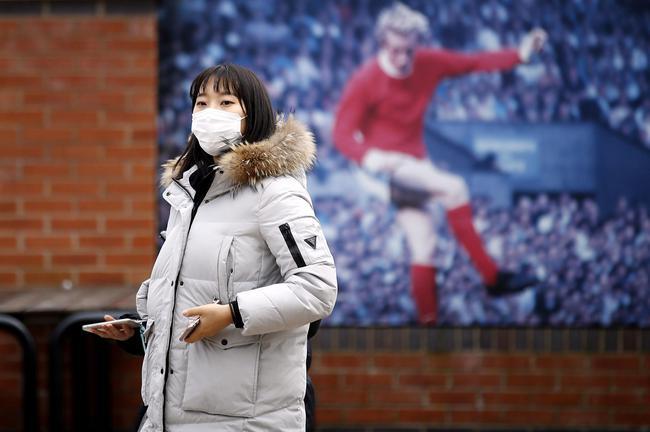 梦剧场外戴口罩的球迷