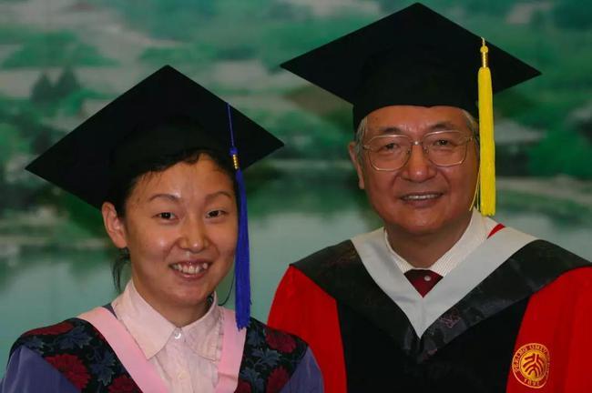 孙晋钻研生卒业时与时任北大校长许智宏相符影