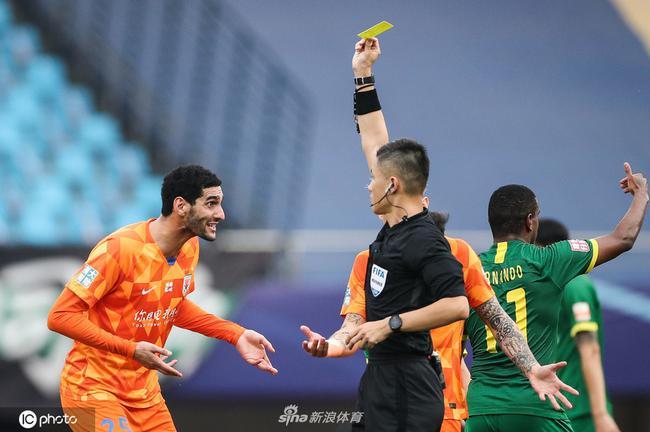 京鲁战判罚引媒体热议 三争议判罚影响比赛结果