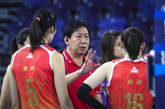 天津渤海银行女排沙龙主教练王宝泉获得最佳教练员