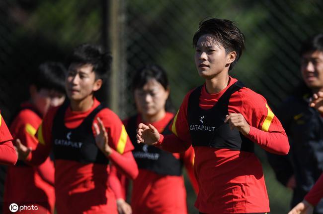 王霜父母:别人练3天的她练1天就会 她比以前更刚了