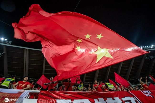 营造主场氛围!16面五星红旗铺满国足比赛场地