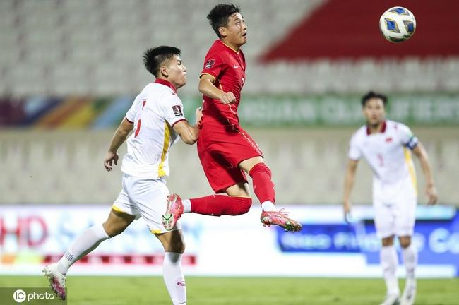 稳了!中国队扩大领先!王燊超助攻 武磊头球轰炸
