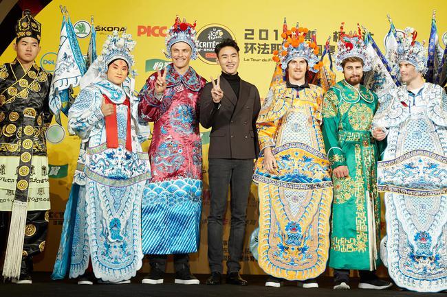 阮 经 天和 12 支 车队 代表 京剧 体验 合影