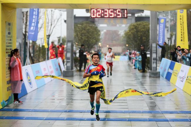 42公里个人赛男子组第一名冲线