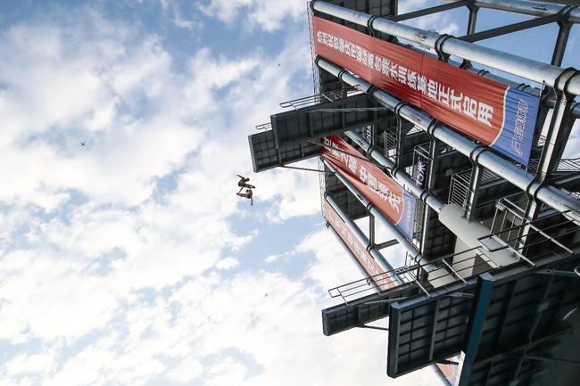 盖瑞亨特与大卫•考尔特里一路从27米高台跃下