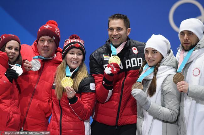 亞歷山大·克魯謝爾尼斯基(右一)在平昌冬奧會取得銅牌。