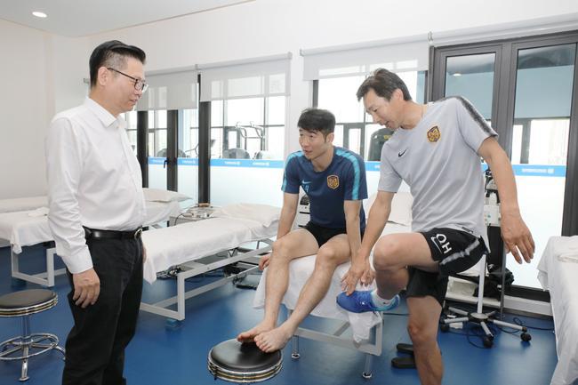 苏宁足球俱乐部董事长看望吉翔 肯定三位国脚表现